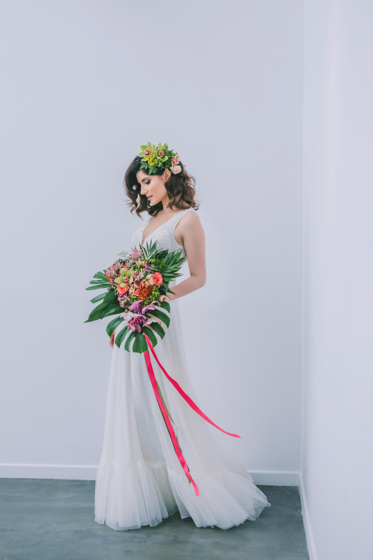 wedding stylist in greece - broderie anglaise - bride holding a modern wedding bouquet with monstera leaves